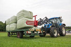 Agricultuur laden van plastic hooibalen