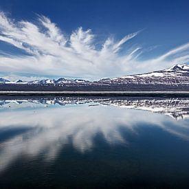 Landschap met weerspiegeling van bergen en wolken in een meer van Chris Stenger