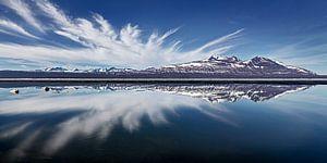 Landschap met weerspiegeling van bergen en wolken in een meer van