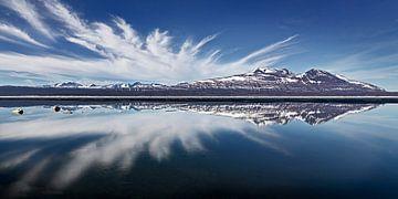 Landschaft mit Reflektion der Berge und Wolken in einem See von Chris Stenger
