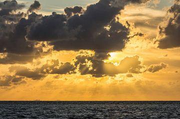 Zon achter de wolken op het Wad. van Johan Kalthof