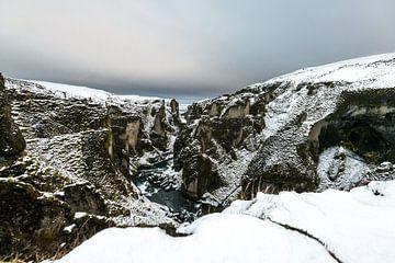 De Fjaðrárgljúfur, een betoverende canyon in IJsland van Gerry van Roosmalen