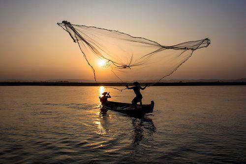 Vissers op de rivier bij Mandelay in Myanmar.  Op primitieve maar zeer traditionele manier wordt er  van