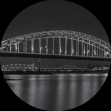 Waalbrug Nijmegen in de avond - zwart-wit van Tux Photography