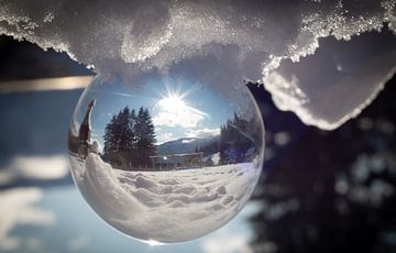 Kristallkugelfoto in der Winterlandschaft während eines schönen sonnigen Tages von Mariette Alders