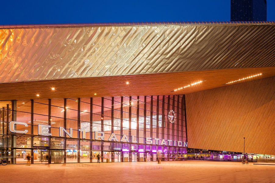 Rotterdam Centraal Station in het blauwe uur van John Verbruggen