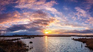 Zonsondergang over water met roze wolken in De Onlanden van R Smallenbroek