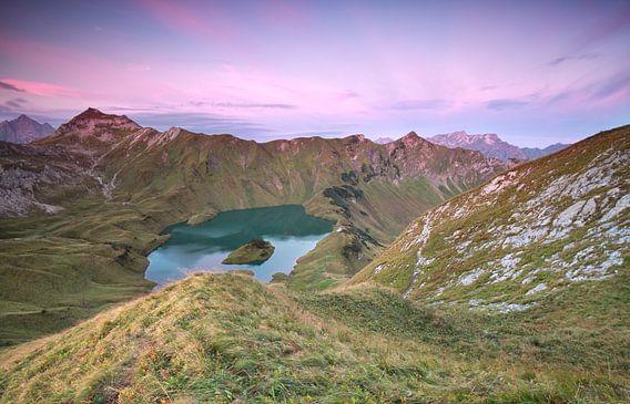 alpine lake Schtecksee at sunrise van Olha Rohulya