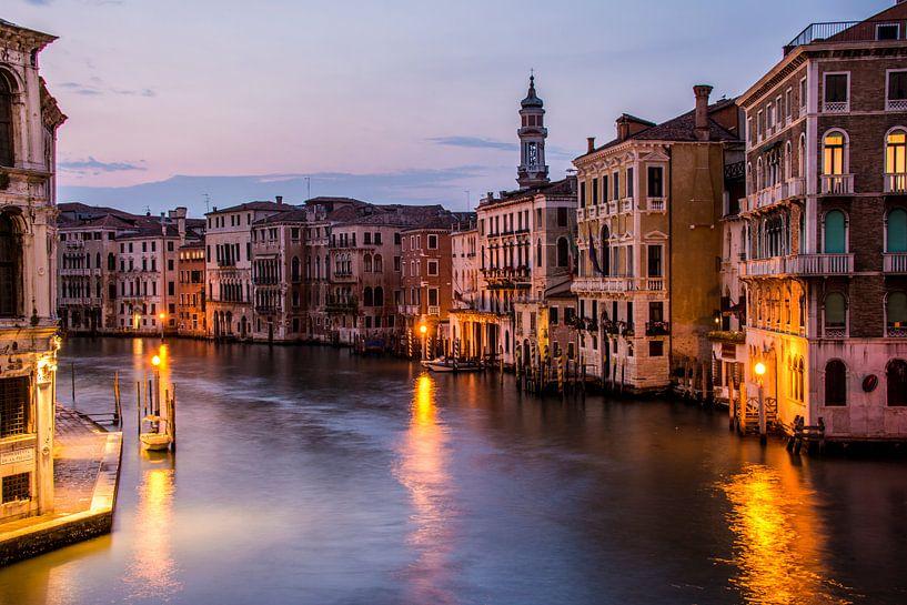 Canal Grande in avondlicht - Venetië van Ton de Koning