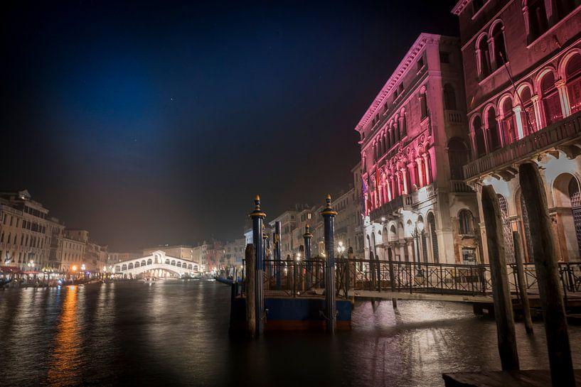 Rialto bridge by night van Gerard Wielenga