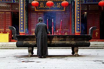 Betende Frau in einem buddhistischen Kloster von Henny Hagenaars