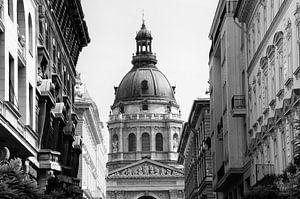 Zwart-wit foto van een straat in Boedapest