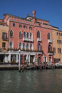 Oude gebouwen en steiger aan kanaal in Venetie, Italie