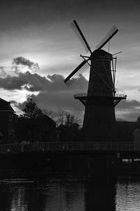 Molen De Vrijheid in Schiedam bij zonsondergang van Rob Pols