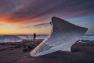 Zonsopkomst op het Diamond beach strand, bij het Jokulsarlon glacier meer, met een fotograaf op het  van Anges van der Logt