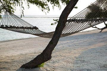 Hangmat aan het strand op Gili Trawangan van Willem Vernes