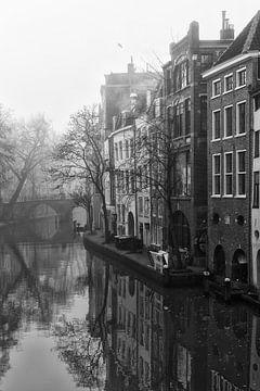 Grachtenpanden langs de Oudegracht met in de verte de Gaardbrug in de mist van De Utrechtse Grachten