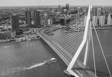 Skyline von Rotterdam mit Erasmus-Brücke von Ilya Korzelius