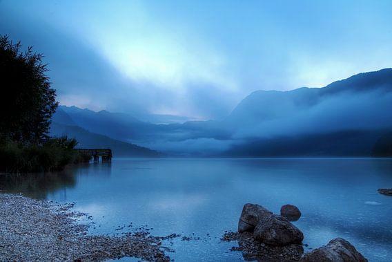 Het meer van Bohinj in de avond van Maarten Kuiper