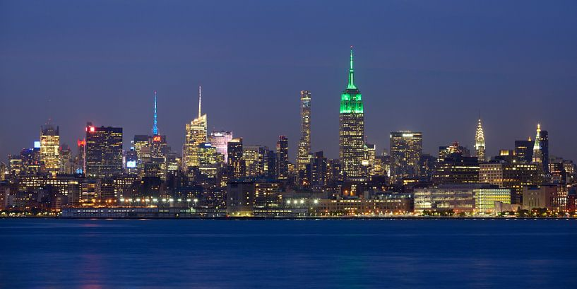 New York Skyline in de avond - Midtown Manhattan, panorama van Merijn van der Vliet