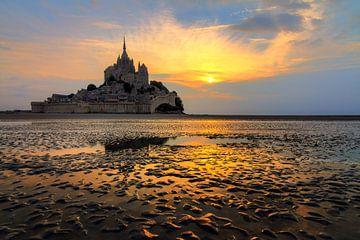 Mont Saint-Michel vanaf het strand tijdens eb van Dennis van de Water