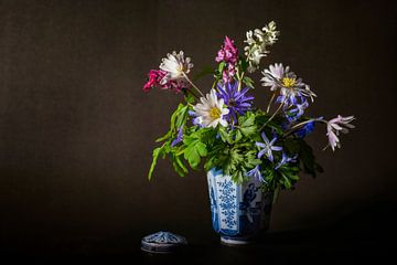 bloemstilleven met voorjaarsbloemen van Hanneke Luit