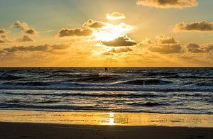 Kitesurfer met zonsondergang