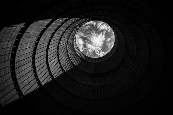 Powerplant IM een verlaten koeltoren / Architectuur Urbex / Decay / Abandoned / Powerplant van Steven Dijkshoorn