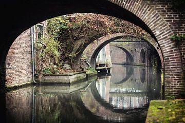 De brugbogen van de Kromme Nieuwegracht in Utrecht in de winter.  van