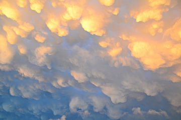 Mammatuswolken na een onweersbui op een mooie zomerdag van