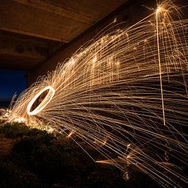 Lichtmalerei mit funkelnd brennender Stahlwolle von Fotografiecor .nl
