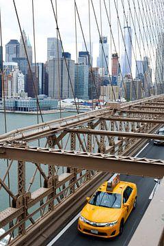 Gele taxi op de Brooklyn bridge van
