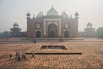 De poorten naar Taj Mahal in de smog, Agra, India. Luchtvervuiling van Tjeerd Kruse