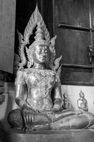 Boeddha beeld in Thaise tempel. van Aukelien Philips