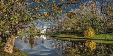 Herfstkleuren en de Leeuwarder stadsgracht met rechts de Noorderplantage van Harrie Muis