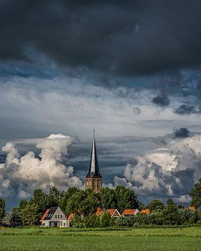 Kirche der friesischen Stadt Workum im Abendlicht des Frühsommers von Harrie Muis