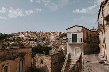 Blick aus der Altstadt von Ragusa, Sizilien Italien von Manon Visser