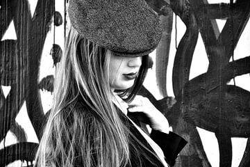 Frau mit Hut von Claudia Moeckel