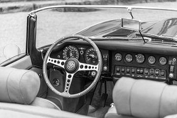 Intérieur du roadster Jaguar E-Type en noir et blanc sur Sjoerd van der Wal