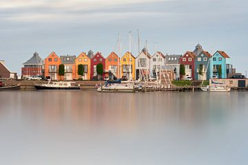 Kleurrijke havenhuisjes in Stavoren van Maarten Cornelis