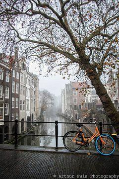 Ein nebliger Morgen bei der Gaardbrug über der Oudegracht in Utrecht. von Arthur Puls Photography