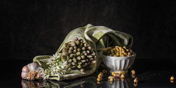 Stilleven met groene asperges van Monique van Velzen