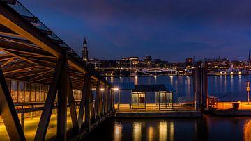 Steinwerder veersteiger met uitzicht op de Elbe en de St. Michaelskerk, Hamburg van Annette Hanl