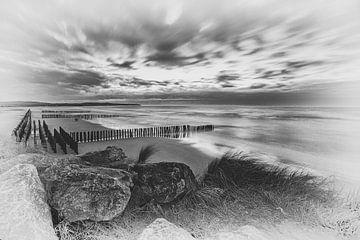 Zwart wit beeld van de Franse kust van Caroline van der Vecht