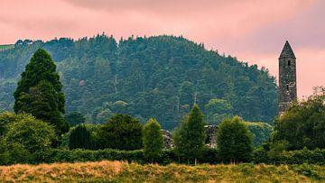 Zonsondergang Glendalough in de County Wicklow, Ierland van Henk Meijer Photography