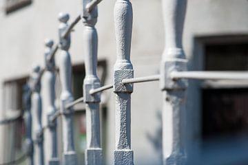 Wit geschilderd traditioneel hekwerk in oude binnenstad van Fotografiecor .nl