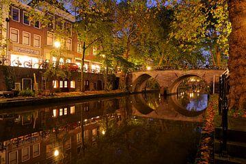 Oudegracht in Utrecht met de Weesbrug von Donker Utrecht
