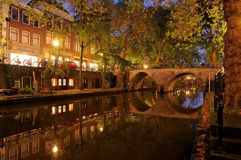Oudegracht in Utrecht met de Weesbrug van Donker Utrecht