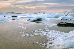Zeeschuim op het strand van Sint Maartenszee Noord Holland van Frank Mosch