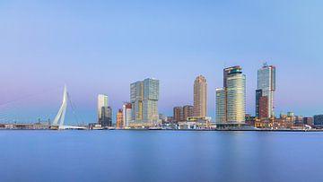 Skyline van Rotterdam op een koude middag vlak voor zonsondergang van Henno Drop